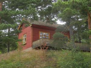 Sommerens idyll; den røde hytta på Norsjø ferieland.