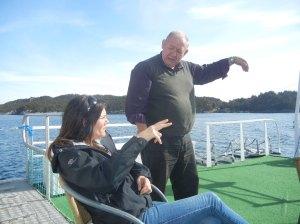 Skipper Jakob peker og forteller til bibliotekar Nina. Det skal sies at det er et engangstilfelle at skipper'n overlater roret til matrosen og skvaldrer med oss på soldekk.