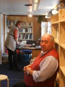 Mens skipper Jakob og bibliotekar Marit venter på lånere blir det tid til en prat.