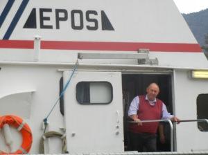 Skipper Jakob står alltid i døra og tar imot lånerne som kommer ombord