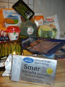 smør, fløte, kylling, asparges, spekeskinke, egg, broccoli, lavkarbobrødblanding, bacon: Det koster et halvt brutto nasjonal produkt å fylle kjøleskapet med lavkarbo.