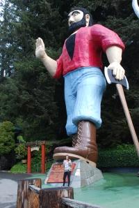 Ja da, litt plastikk slår aldri feil. Big John setter stemninga før man entrer løypa gjennom et utrolig område med giganttrær.