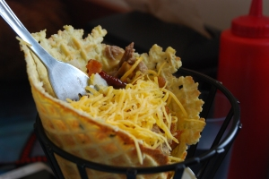 Onsdagens lunsj; potetstappe, bacon og ost i vaffelkjeks.