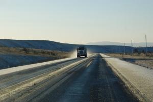 DIIIGRE lastebiler dundrer forbi og man blir fort litt fartsblind når veien virker endeløs rett fremover.