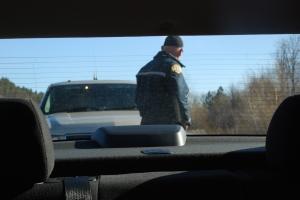 Akkurat som på film, gitt. Alvorlig og bredbent sheriff med fulle blålys.