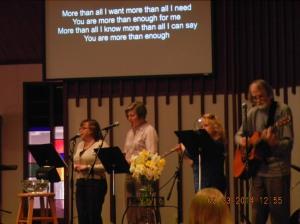 Hver søndag stiller vertsforeldrene tidlig opp for å øve med kirkebandet.