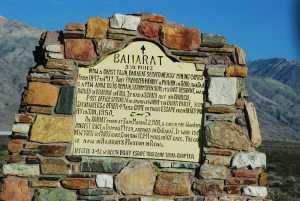 Det eneste som vitner om gullalder; et falleferdig hus og et minnesmerke i stein.