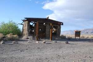 Eneste som vitner om gullgraverbyen, siste gjenværende rester av et eneste hus ...
