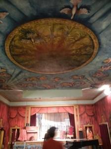 Tak, vegger, alt er dekorert med vakre malerier.