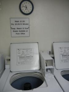 De fleste hoteller/moteller har vaskerom. Ikke noe problem. En dollar for vask. En for tørk.