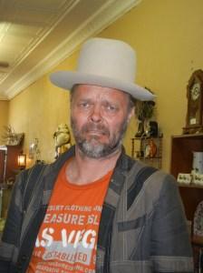 """Jeg prøver å få Pål til å kjøpe sånn hatt som han som synger """"Happy"""" har. Høy hatt. Dritkult, syns jeg, men det syns ikke Prøis."""