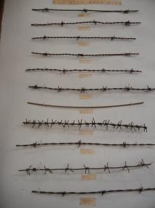 En hel vegg er tildelt piggtrådminner, eller Devils rope, som det også kalles.