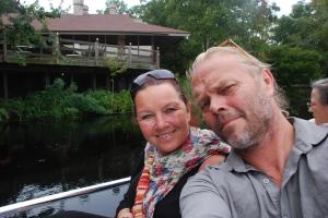 Naturopplevelser, beste som er. Prøis og mich venter på at elvebåten skal gå.