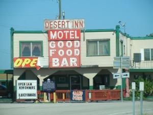 """Desert Motel i Floridasumpen reklamerer med """"new owners"""". E'kke sikker på at det hjelper stort ..."""
