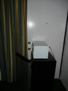 Har aldri tenkt på meg selv som spesielt pysete, men da Prøis foreslo at vi skulle skyve kjøleskapet foran døra, var jeg helt enig.